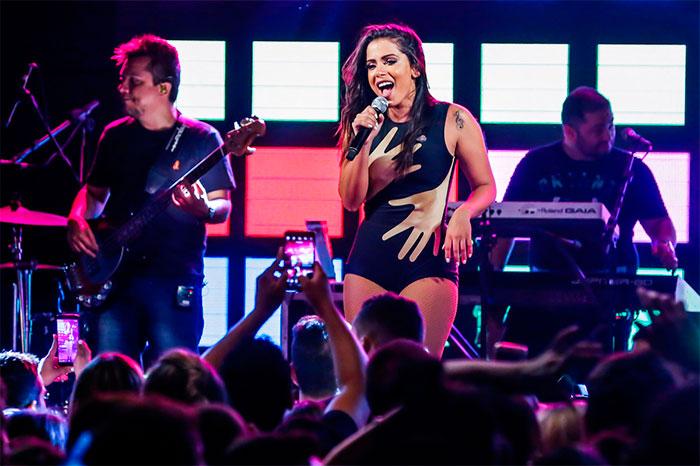 Anitta aposta em collant justinho e arrasa em cima do palco