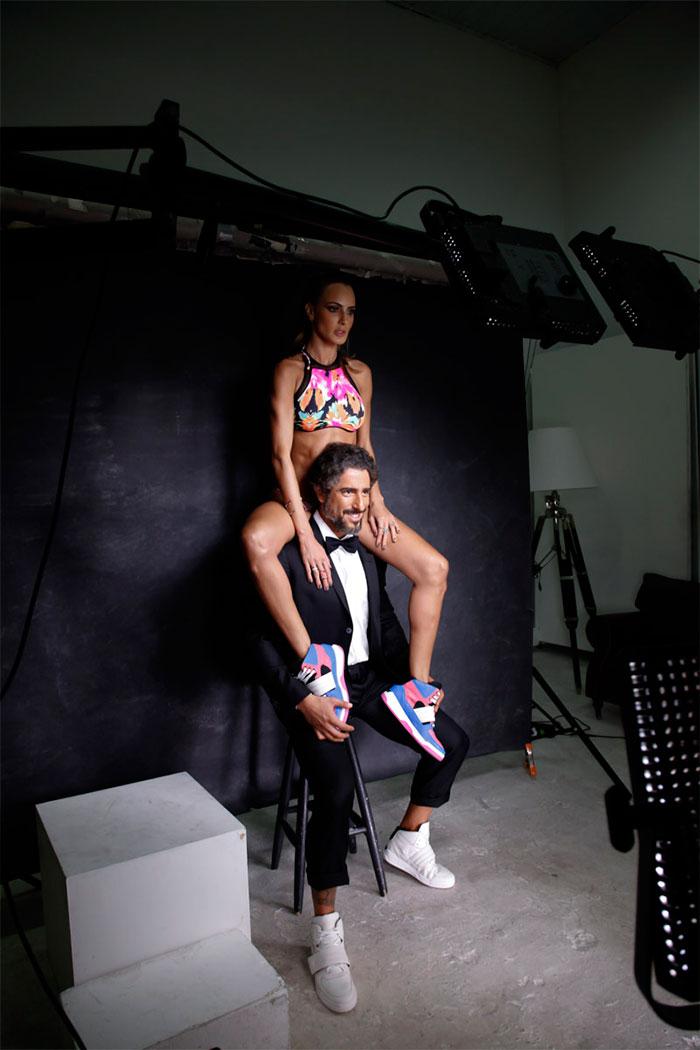 Marcos Mion fotografa para catálogo de sua linha de tênis