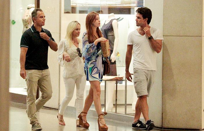 Marina Ruy Barbosa e Xandinho Negrão namoram em shopping