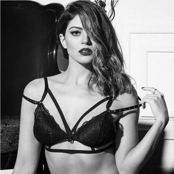 Carol Castro é pura sensualidade em ensaio de lingerie