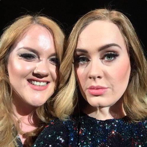 Adele fica de quatro no palco para tirar foto com fã