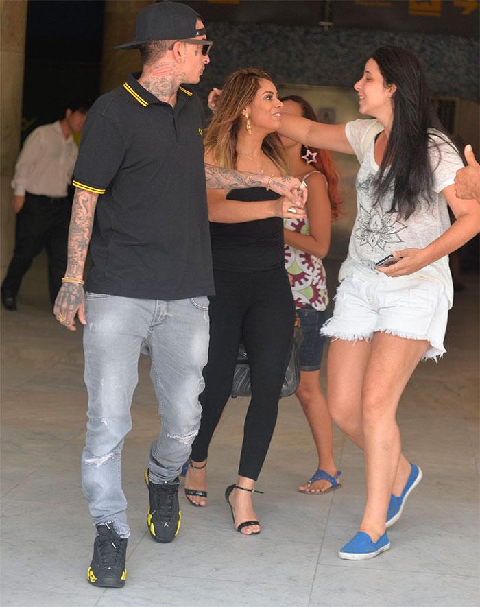 Lexa e MC Guimê fazem a alegria dos fãs em aeroporto do Rio