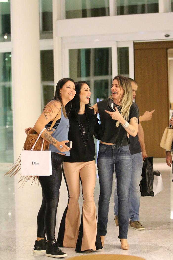 Bella Falconi é só sorrisos ao reencontrar amigos no Brasil