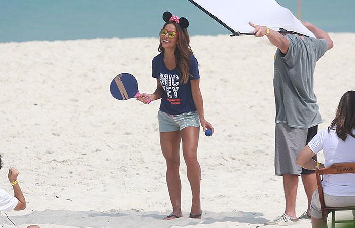 Sabrina Sato exibe corpão torneado durante ensaio na praia