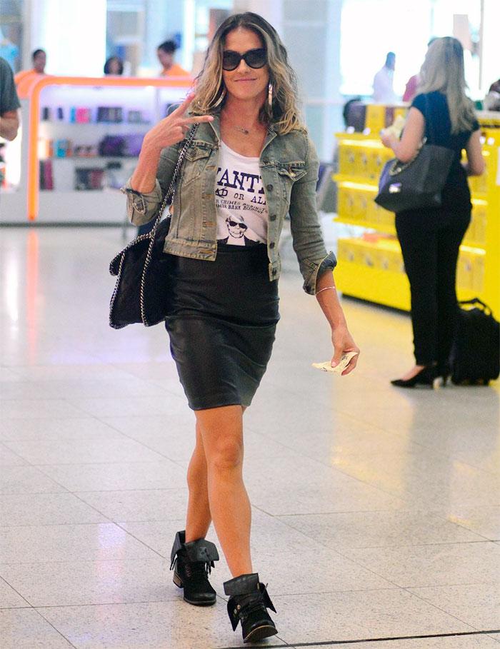 Deborah Secco esbanja simpatia para paparazzo em aeroporto