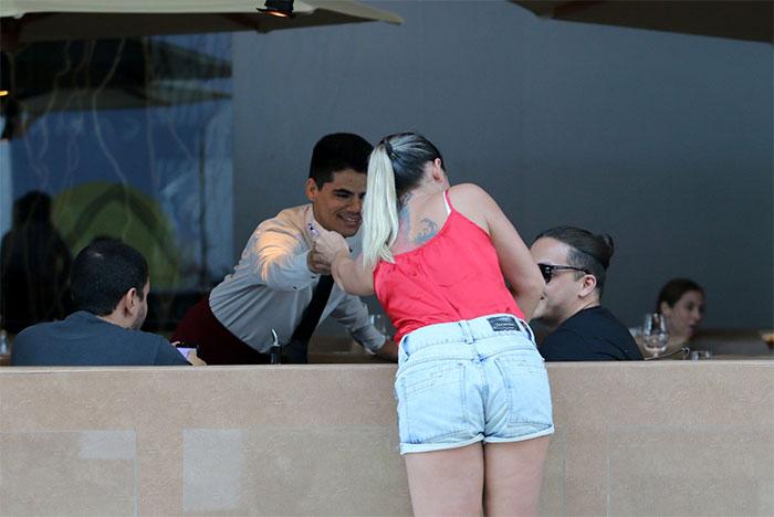 Wesley Safadão recebe carinho de fãs durante almoço no Rio
