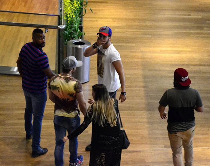 Cercado de seguranças, Luan Santana passeia em shopping