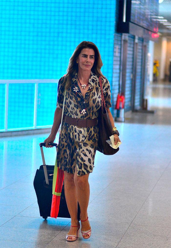Aos 58 anos, Maitê Proença esbanja jovialidade em aeroporto
