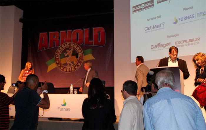 Arnold Schwarzenegger esbanja simpatia em evento no Brasil