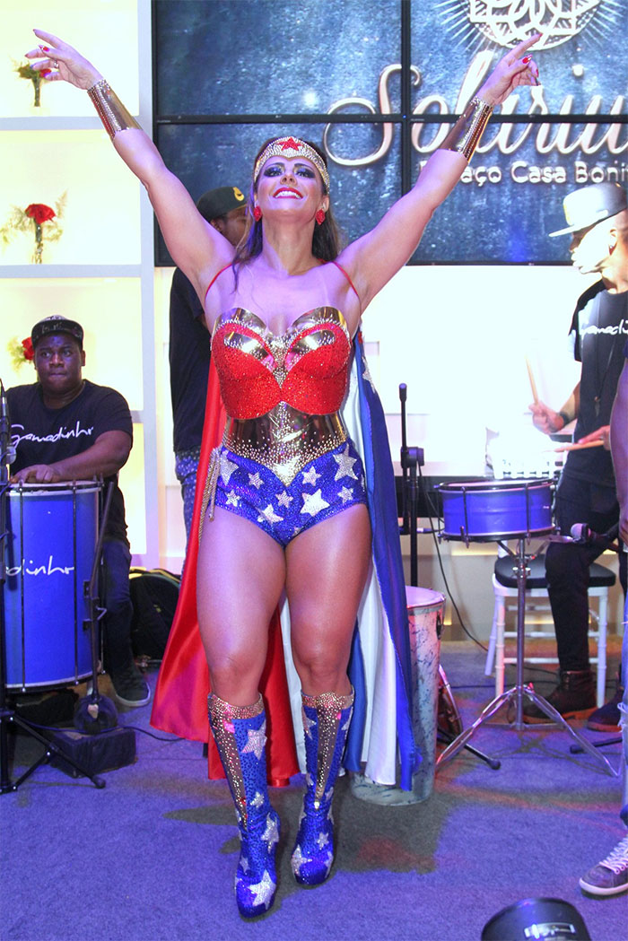 Viviane Araújo se veste de Mulher Maravilha em aniversário