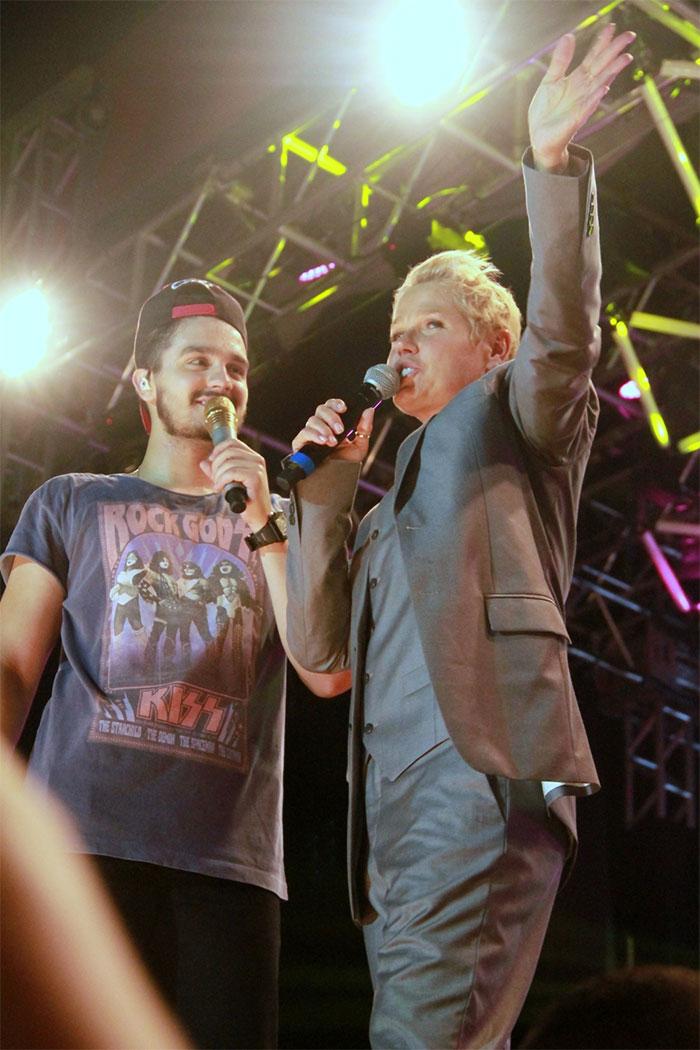 Disfarçada, Xuxa participa de show de Luan Santana no Rio