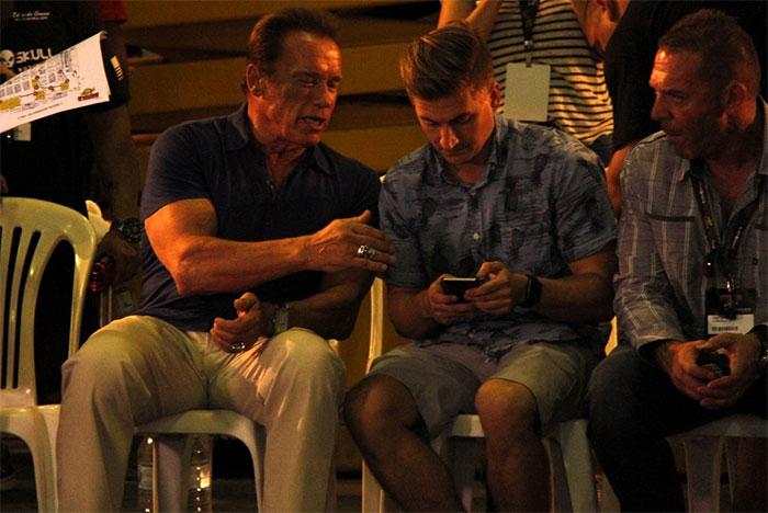 Arnold Schwarzenegger é pura simpatia em feira