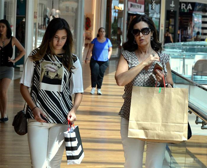 Em dia de compras, Fátima Bernardes bate papo com a filha