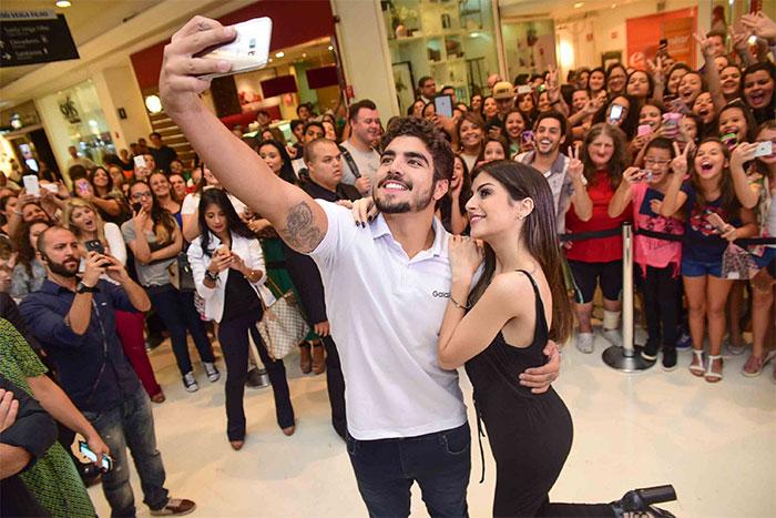 Caio Castro leva fãs ao delírio com selfie durante evento