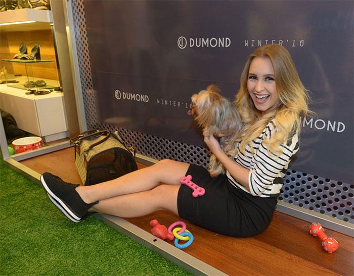 Carla Diaz prestigia evento em SP e se encanta com pets