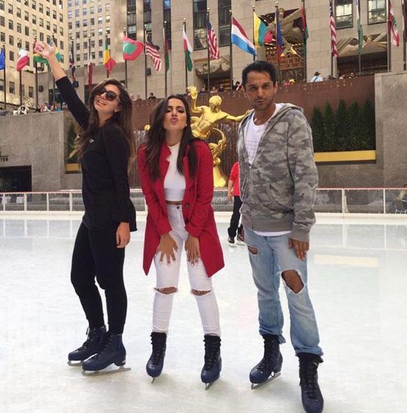 Anitta curte férias em Nova York e patina no gelo