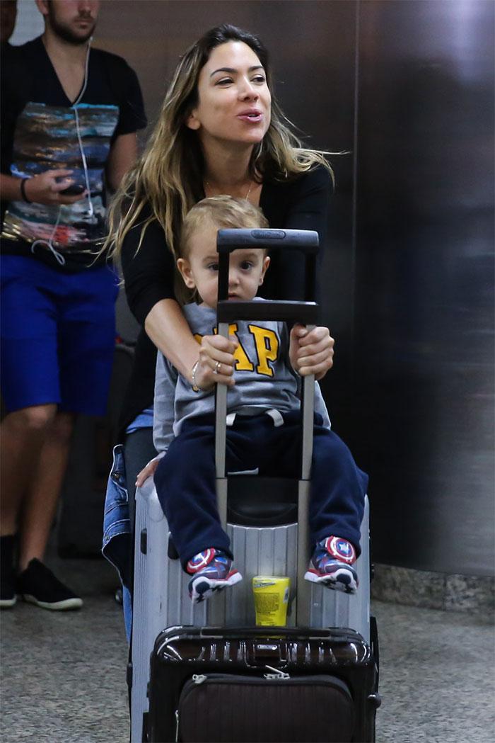 Neto de Silvio Santos rouba a cena em aeroporto de São Paulo