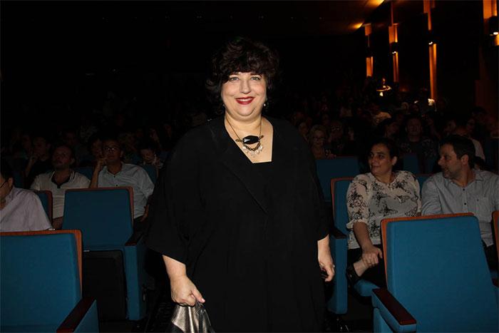 Com Babenco, Bárbara Paz esbanja simpatia em estreia de peça