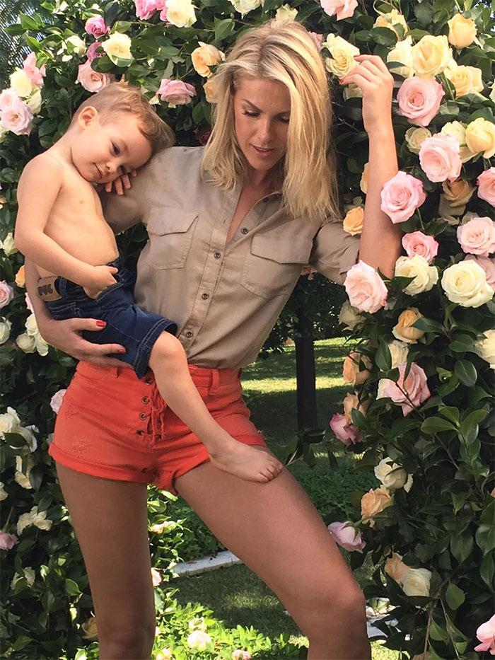 Ana Hickmann faz ensaio com o filho e garoto é pura fofura