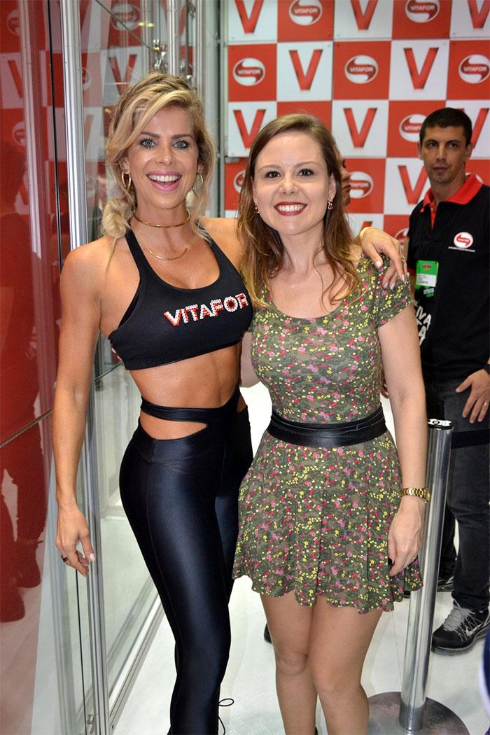 Scheila Carvalho usa da simpatia para exibir corpão no Rio