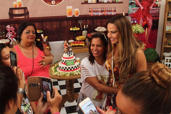 Viviane Araújo esbanja alegria em festa organizada por fãs