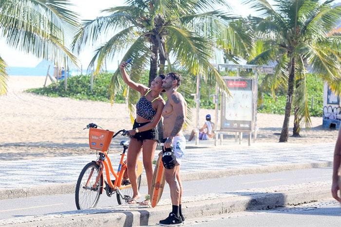 Lucas Lucco exibe barriga trincada ao andar de skate no Rio