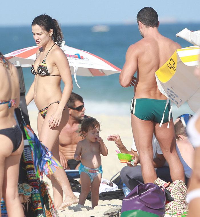 Praia! Kyra Gracie mostra barriguinha da segunda gestação
