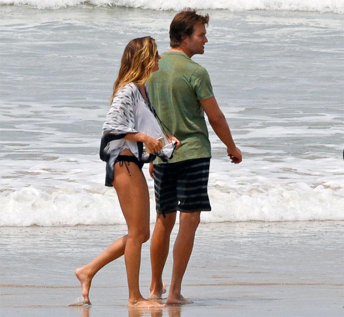 Gisele Bündchen e Tom Brady trocam carinhos na Costa Rica