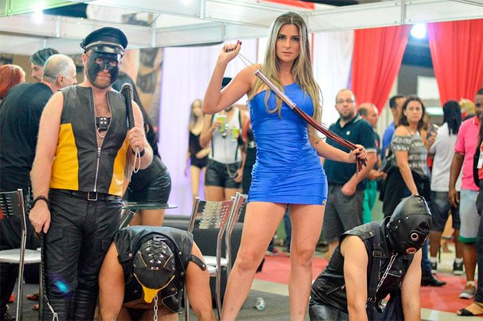 Vanessa Alcântara rouba cena em feira erótica