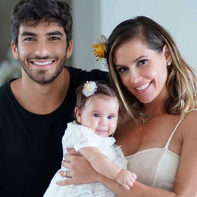 Deborah Secco posta foto linda em família