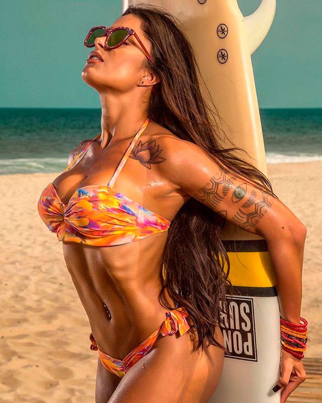 Aline Riscado é pura sensualidade em campanha