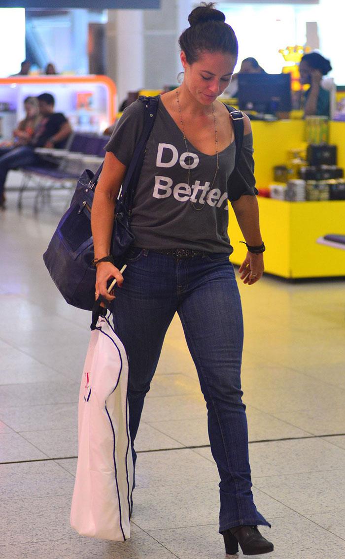 Paolla Oliveira arranca suspiros em aeroporto