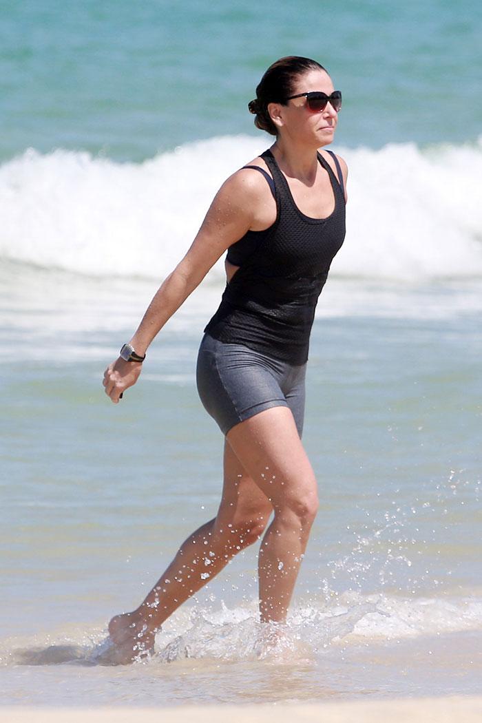Giovanna Antonelli se refresca no mar cariocas após corrida