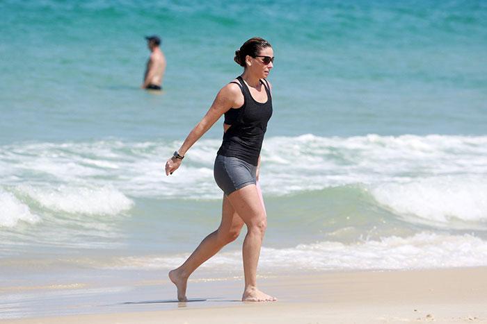 Giovanna Antonelli se refresca no mar cariocas após corrida.