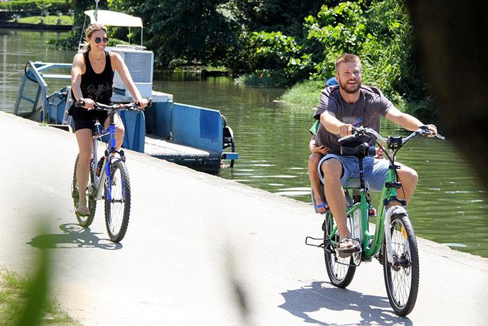 Romance! Fernanda Lima e Rodrigo Hilbert pedalam juntos