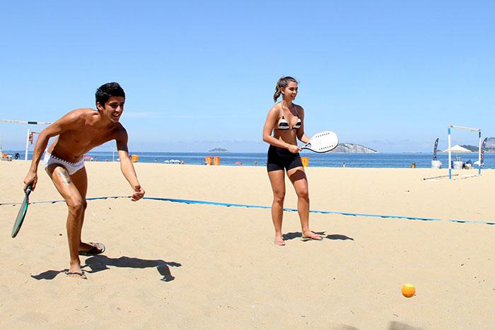 Letícia Wiermann joga tênis de praia no Rio de Janeiro