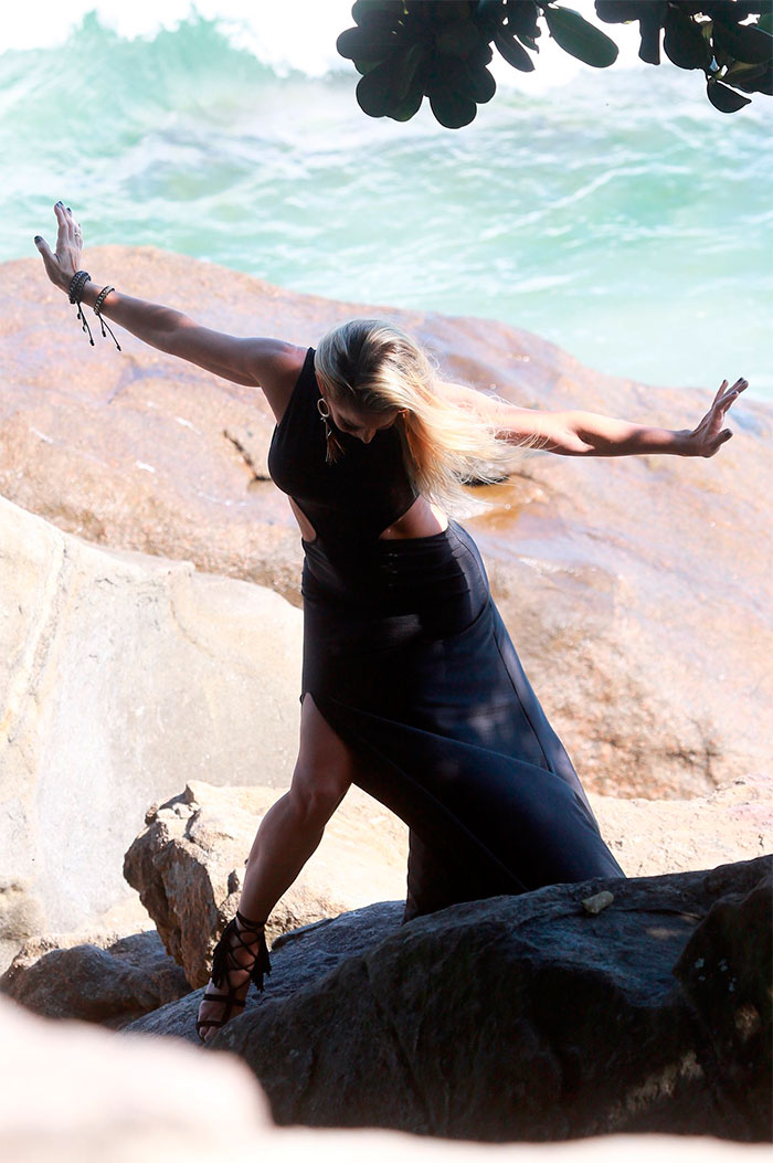Danielle Winits posa com todo seu charme no Rio