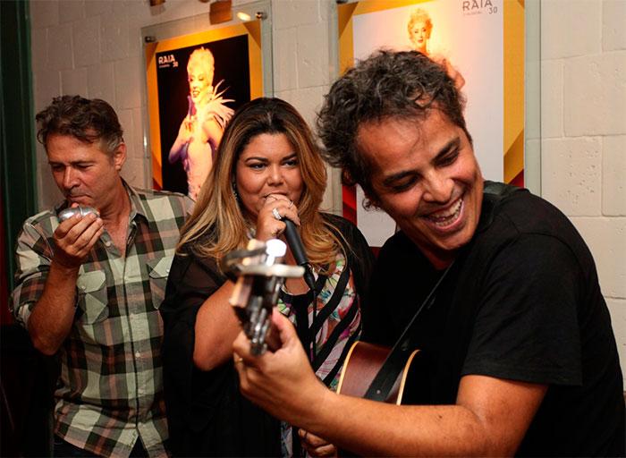 Fabiana Karla e Nelson Freitas soltam a voz na noite carioca