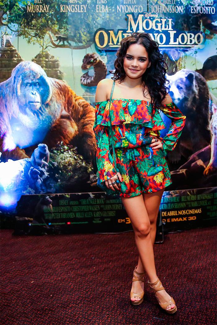 Carol Macedo aposta em look colorido para pré-estreia