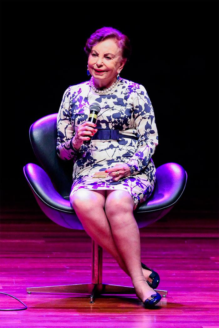 Beatriz Segall retorna aos palcos após cirurgia no braço