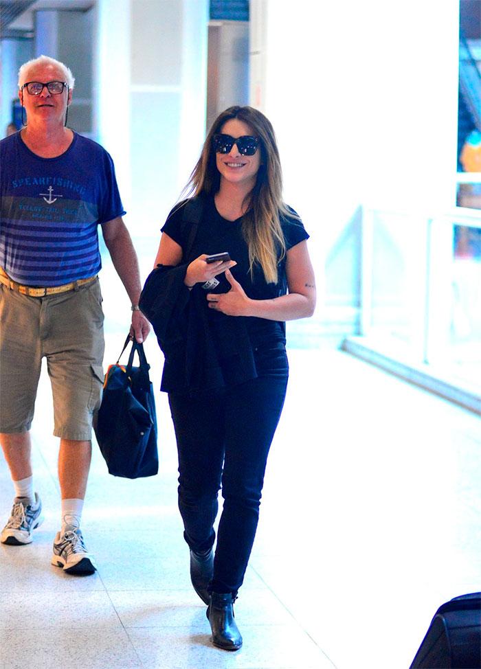 Cleo Pires é tietada por fã em aeroporto