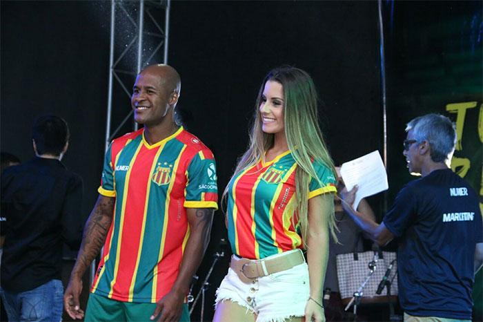 Arícia Silva exibe corpão em evento do clube Sampaio Corrêa