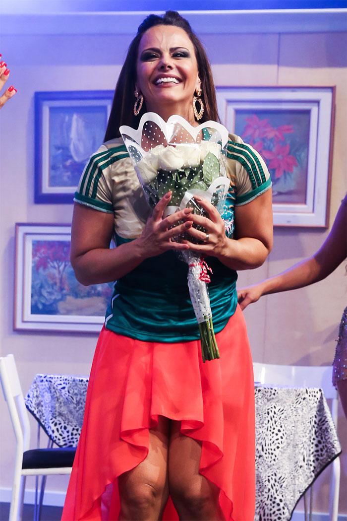 Viviane Araújo dá selinho em Eduardo Martini em peça
