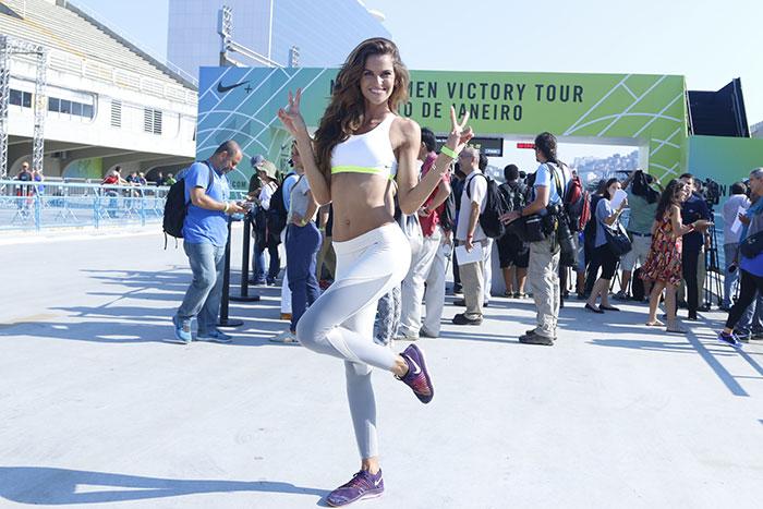 Izabel Goulart mostra o corpão em evento no Rio de Janeiro