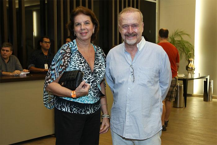 Ingrid Guimarães assiste show de Djavan com o marido