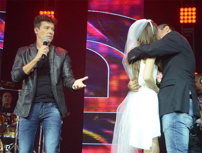 Rodrigo Faro 'casa' fãs do Aviões do Forró durante o show