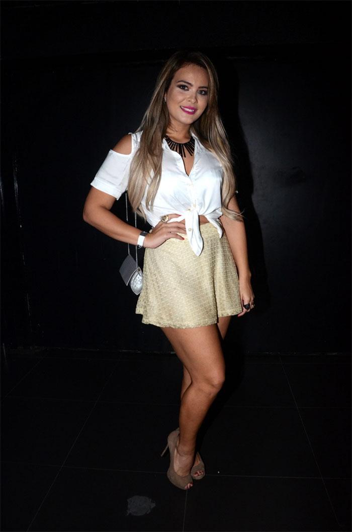 Geisy Arruda mostra perna torneada e cinturinha fina em show