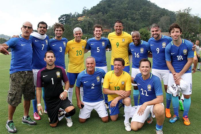 Famosos jogam contra Dunga na Granja Comary, no Rio