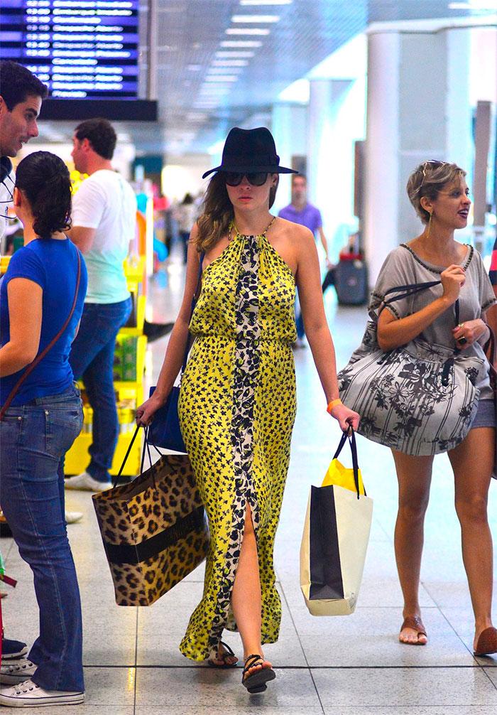 Ana Paula Renault manda beijinho para os paparazzi