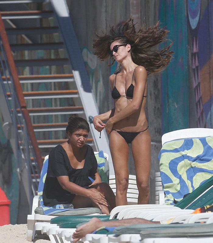 Izabel Goulart 'humilha' com seu corpão em praia no Rio